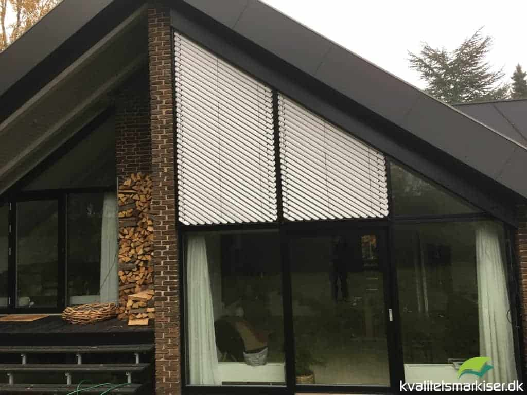 Solafskærmning med udvendige persienner til trekantede vinduer