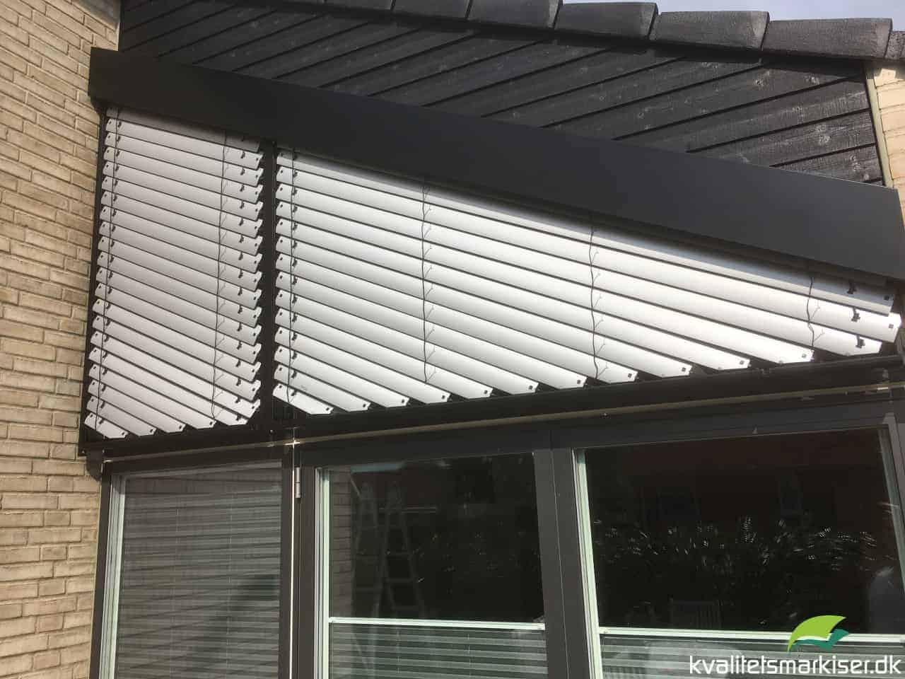 Her vises en udvendig solafskærmning med skrå Reflexa Asyflex persienner