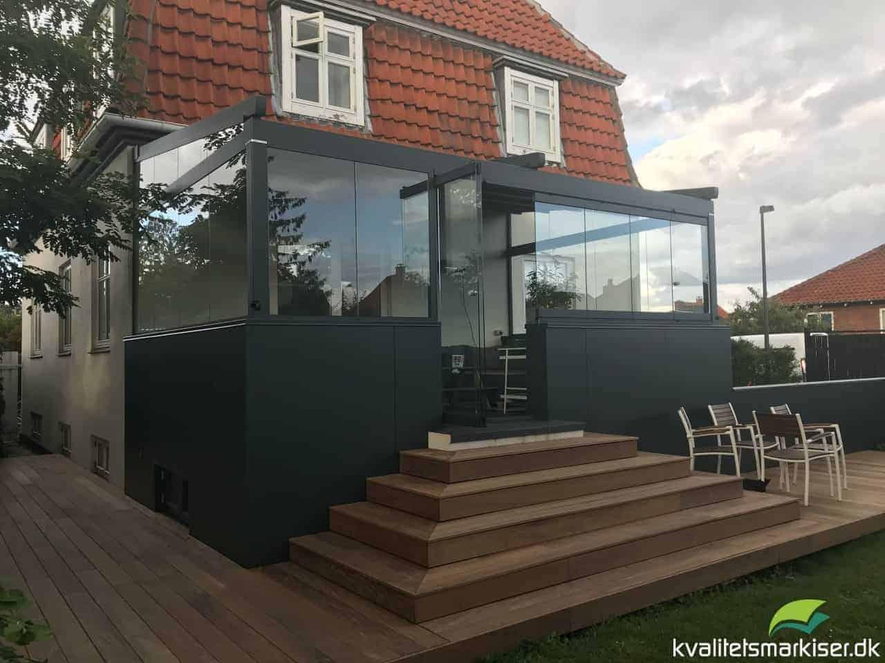 Pergolamarkise med glas i sider og front, Kastrup.