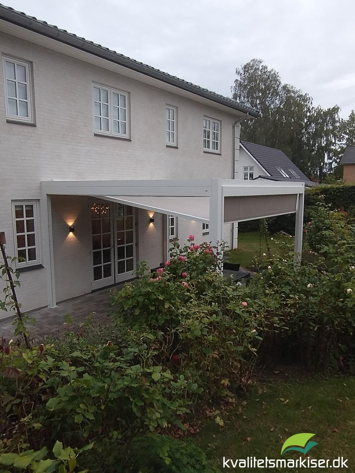 Fritstående Q.BUS markise med Fixscreens i siderne på villa i Hørsholm
